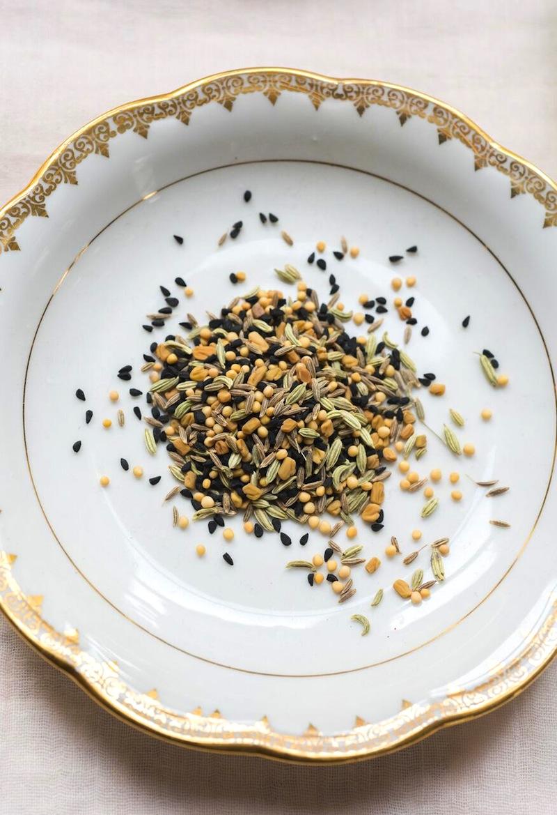 assiette avec des graines dedans