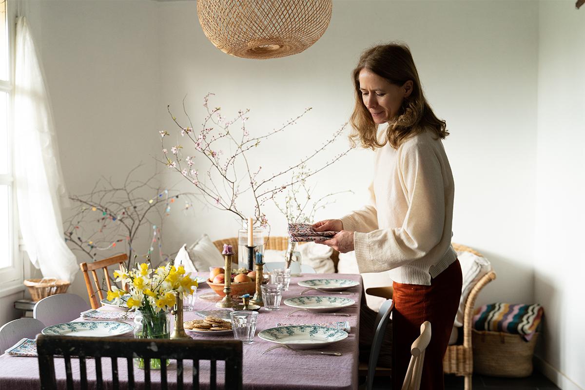 Cécile décore sa table