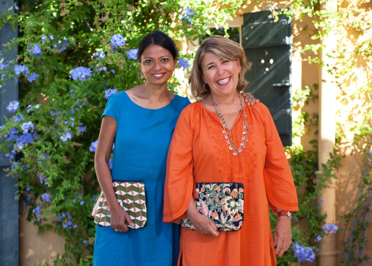 Usha and Agnès portent leurs pochettes