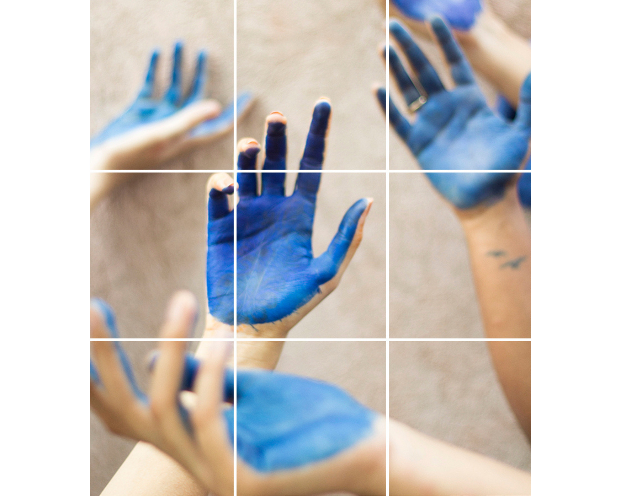 collage de mains en bleu