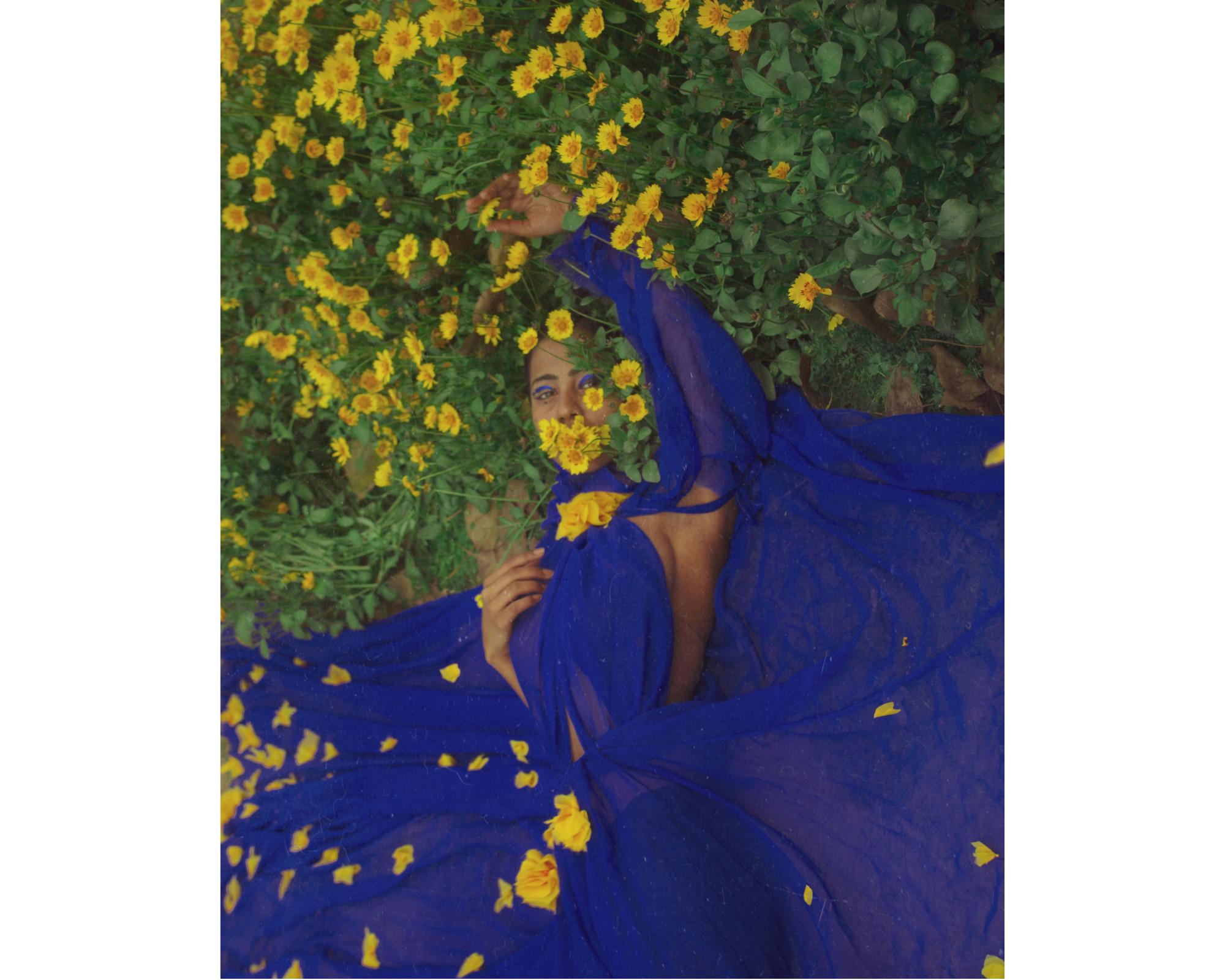 femme habillée en bleu