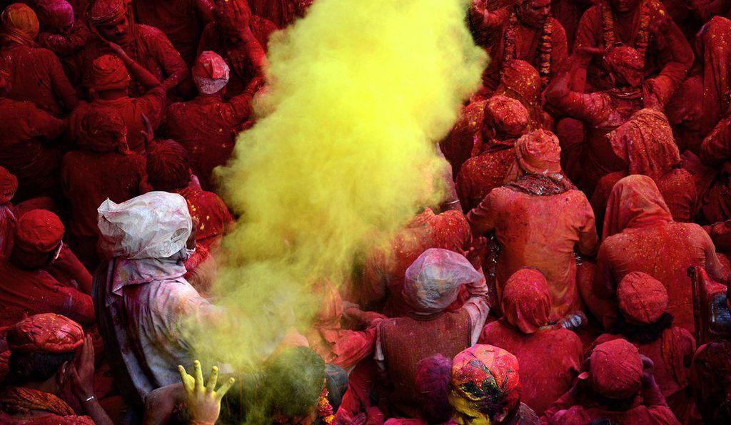 hommes couverts de poudres rouge
